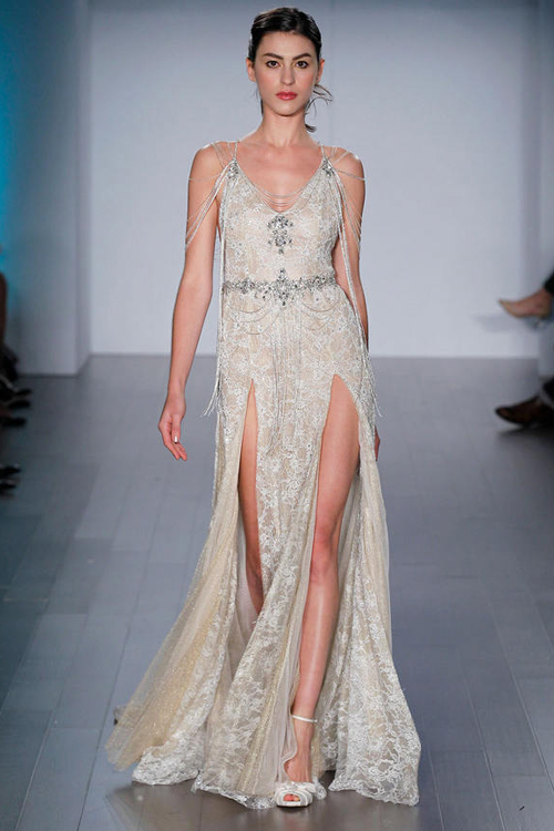 Váy cưới hở lưng gợi cảm như nữ thần