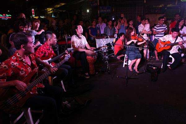 Một bạn nhạc chơi nhạc pop ở ngã tư Tạ Hiện  Lương Ngọc Quyến.
