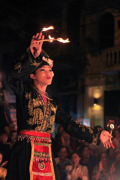 """Những màn hầu đồng và hát chầu văn nổi tiếng như """"Cô đôi thượng ngàn"""" được mang tới để phục vụ du khách trong và ngoài nước nhằm quảng bá văn hoá Việt Nam."""