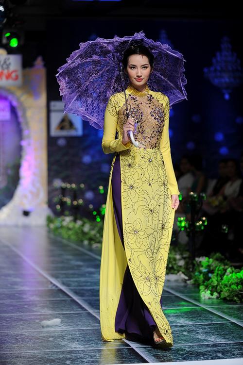 Trúc Diễm khoe nét đẹp yêu kiều với trang phục áo dài dạ hội của nhà thiết kế Minh Trị được giới thiệu trong chương trình Phong cách