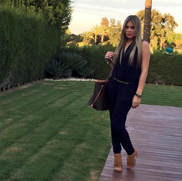 Bạn gái sao Sevilla cũng là một người đẹp sành điệu, biết ăn diện.