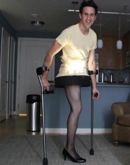 VĐV khuyết tật hóa trang thành cây đèn...