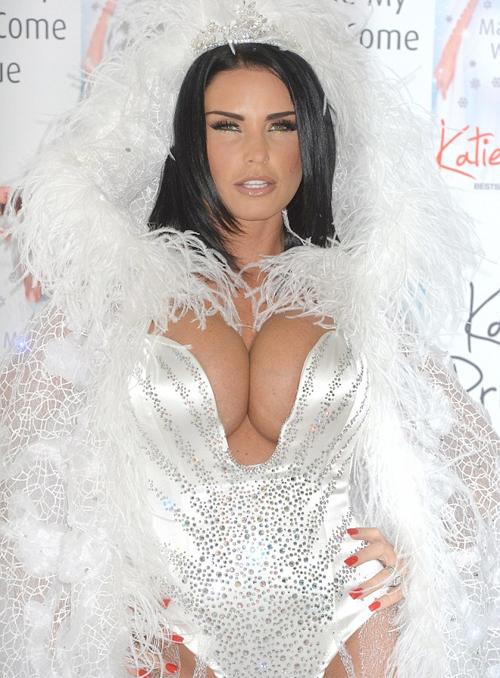 Siêu mẫu Katie Price mặc đồ khoe ngực ngồn ngộn