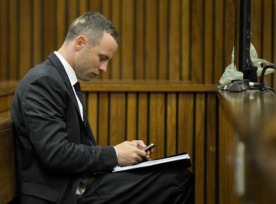 Pistorius nhắn tin trong giờ nghỉ giữa phiên tòa.