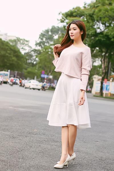 chiếc áo sweater màu hồng nhạt nhã nhặn kết hợp váy trắng