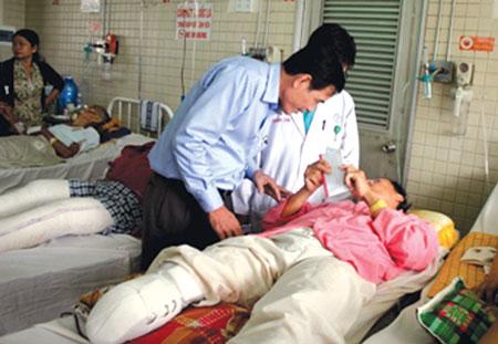 Phó TBT Báo Giao thông Nguyễn Văn Ninh  trao tặng 10 triệu đồng từ Quỹ Chung tay vì ATGT  cho anh Nguyễn Văn Nam