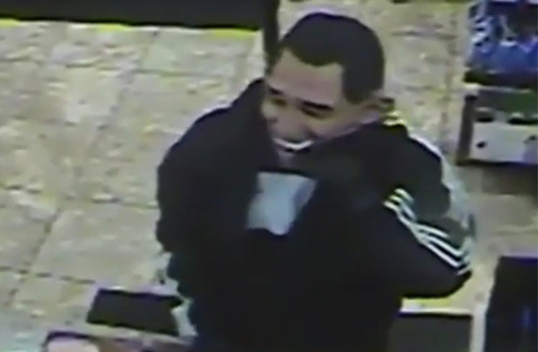 Tên trộm với chiếc mặt nạ tổng thống Obama. Ảnh: RT
