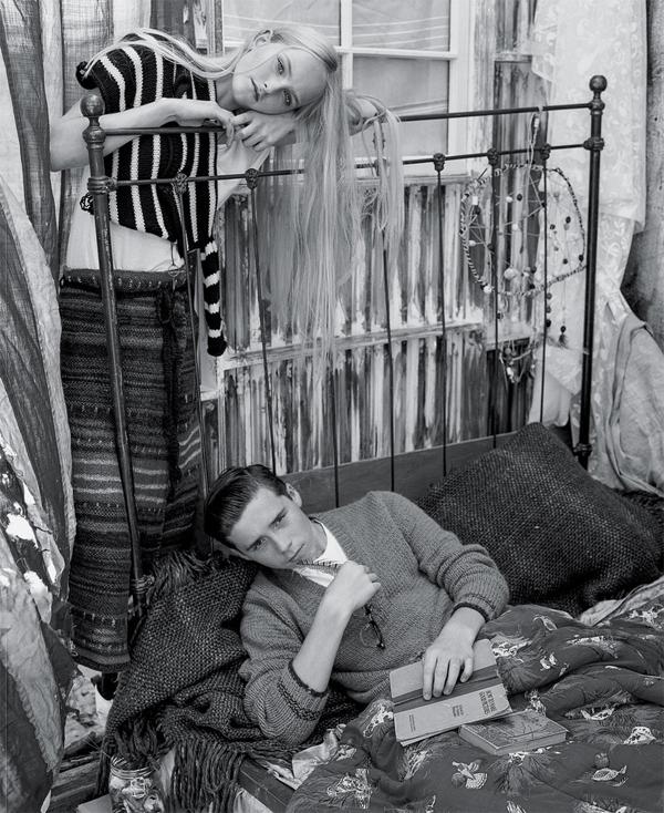 Con trai đầu lòng của Becks dường như muốn nối nghiệp bố mẹ trong lĩnh vực mẫu ảnh và tỏ ra có khiếu. Trong loạt ảnh, Brooklyn thể hiện sự biến hóa đa dạng, lúc bóng bẩy như một quý ông, trầm tư đọc sách...