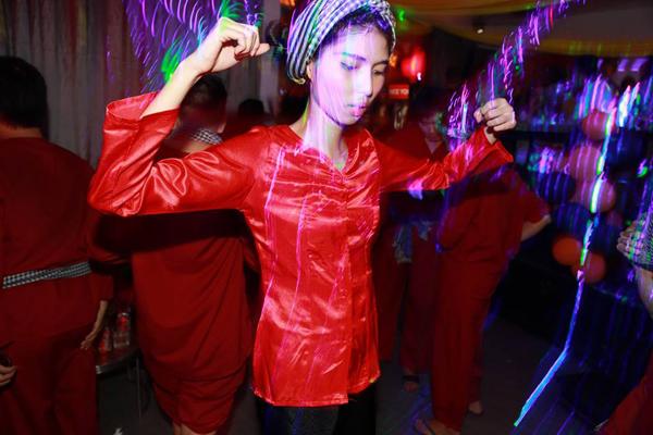 Người mẫu Thùy Dương chọn trang phục áo bà ba, khăn rằn để làm cô nàng miền Tây khi tham gia buổi tiệc Halloween.