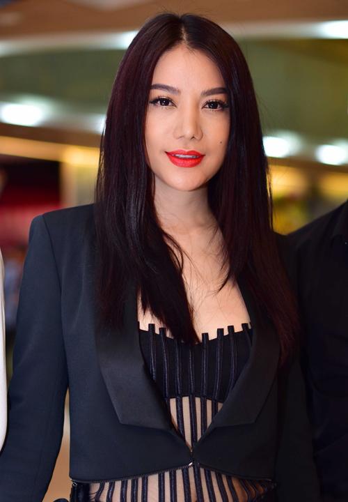 Không ít người bày tỏ sự ngưỡng mộ dành cho Trương Ngọc Ánh khi ở tuổi 38, cô vẫn giữ được vóc dáng gợi cảm và nhan sắc trẻ trung. Trong chiếc áo nửa kín, nửa hở, 'bà trùm' tự tin khoe đường cong trước ống kính.
