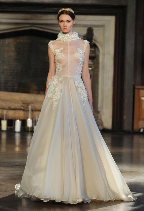 Váy cưới gợi cảm khoe đường cong cô dâu