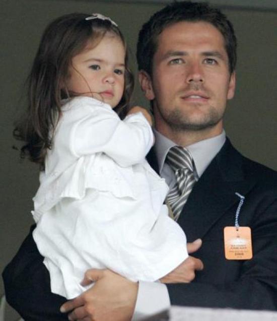 Michael Owen có tới ba cô con gái nhưng cưng chiều nhất là cô công chúa đầu Gemma Rose.