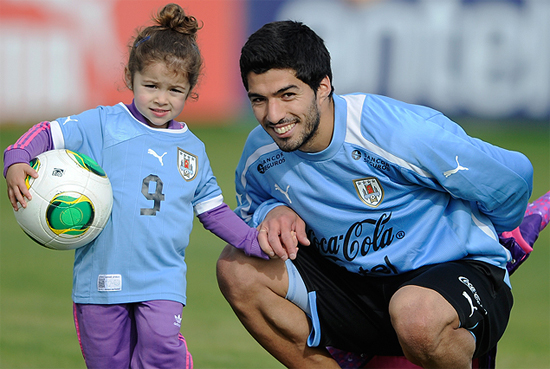 Suarez có thể là một cầu thủ lắm tài nhiều tật và bị nhiều người ghét nhưng anh là một ông bố