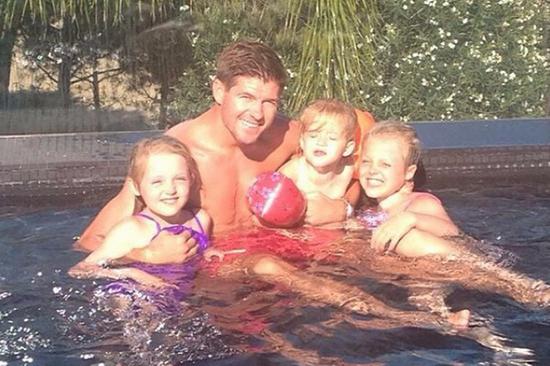 Có ba cô con gái xinh như búp bê, Steven Gerrard vô cùng hãnh diện, tự hào.