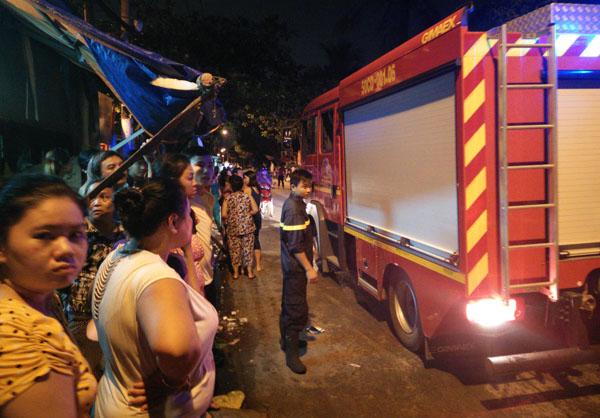 Nhận được tin báo, hàng chục cảnh sát 113, công an phường và một xe chữa cháy của Phòng cảnh sát PCCC quận 8 đến hiện trường. Nhiều cảnh sát bao vây hiện trường là căn nhà cấp 4 trong con hẻm ngoằn nghèo.