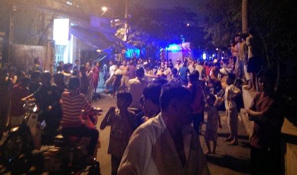 Khoảng 17h chiều nay, người dân tại con hẻm 166 trên đường Lưu Hũu Phước (phường 15, quận 8, TP HCM) náo loạn bởi nam thanh niên quậy phá la hét. Sau khi đuổi mẹ và chị ra khỏi nhà, người đánh vỡ đầu một hàng xóm vì dám can ngăn,  hắn tiếp tục cố thủ trong nhà.   Người dân xung quanh vây đến khuyên nhủ nhưng tên này la hét, ôm bình ga doạ đốt khiến nhiều người hoảng loạn. Hắn ôm bình ga và một can nhựa khiến bọn tôi hoảng loạn phải báo cảnh sát, một nhân chứng cho hay.