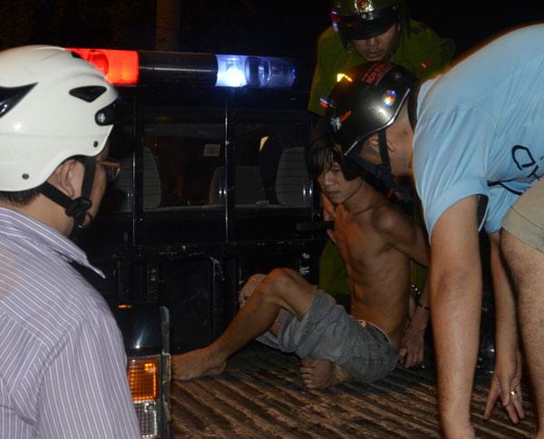 Sau khi được đưa về trụ sở, nam thanh niên tỏ ra tỉnh táo khai nhận là Ngô Hoàng Tuấn (27 tuổi). Dủ hắn khai không sử dụng ma tuý nhưng khi tiếp cận, chúng tôi nhận thấy tên này có dấu hiệu không kiềm chế được hành vi, một cảnh sát cho biết.