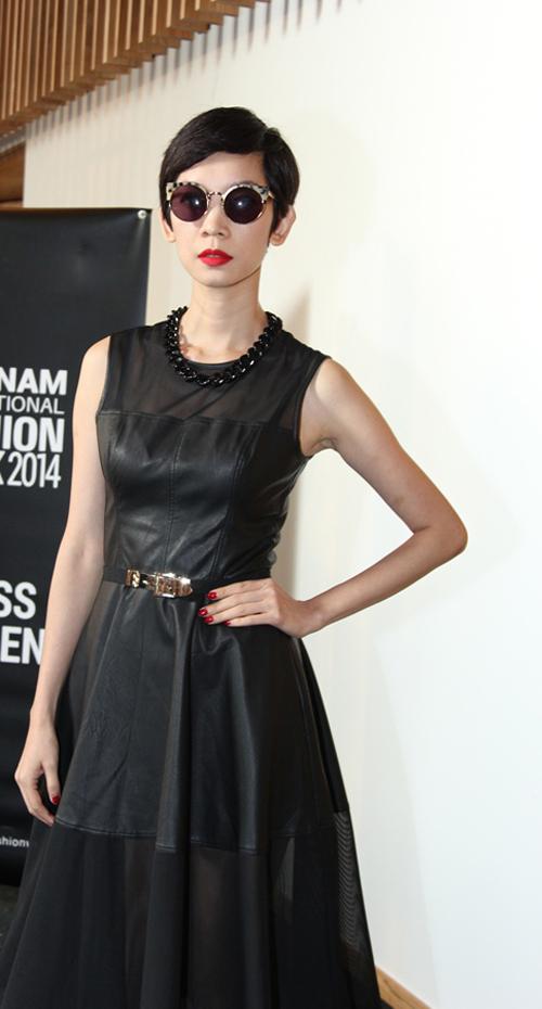 Xuất hiện tại buổi casting, Xuân Lan chọn cho mình mẫu váy đen trên chất liệu vải da phù hợp với xu hướng thu đông và các mẫu phụ kiện đi kèm tiệp màu đầy cá tính và ấn tượng.