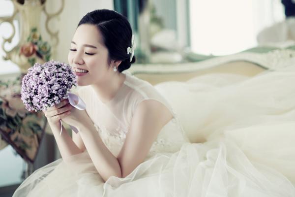 Cô dâu giữ gương mặt rạng rỡ ngày cưới
