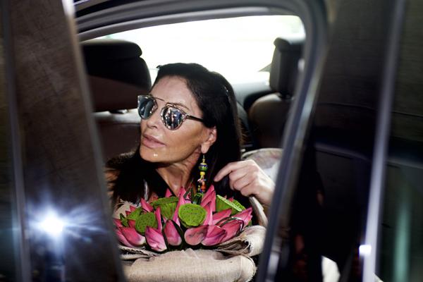 Mouna Ayoub là người phụ nữ có tình yêu thời trang đặc biệt, bà sở hữu trên 20.000 món đồ đắt giá thuộc dòng Haute Couture (thời trang cao cấp), đồng thời là nhà bảo trợ đặc biệt của các hãng thời trang danh tiếng Chanel, Jean Paul Gaultier, Christian Dior... Mỗi sản phẩm haute couture mà bà Mouna Ayoub sở hữu có giá thường là từ 70.000 USD đến 400.000 USD, thậm chí bà sẵn sàng mua cả bộ sưu tập nếu thích thú.