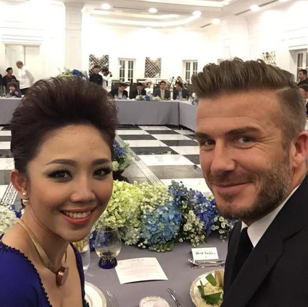 Tóc Tiên và Becks thích thú chụp ảnh 'tự sướng' với nhau khi đang dự tiệc.