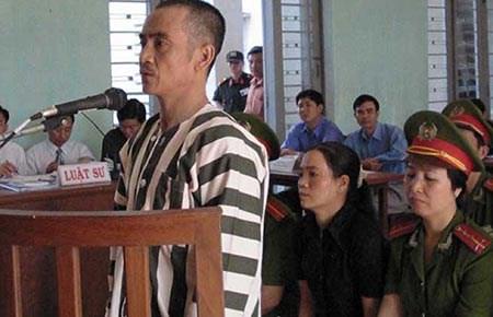 [Caption]Bị cáo Huỳnh Văn Nén trong phiên tòa 14 năm trước. Ảnh:Pháp luậtTP HCM.