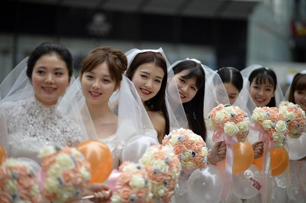Before the event, a dating website based in Chongqing carried out a survey on love and marriage, and found that 80 percent of single, female respondents were not afraid of being