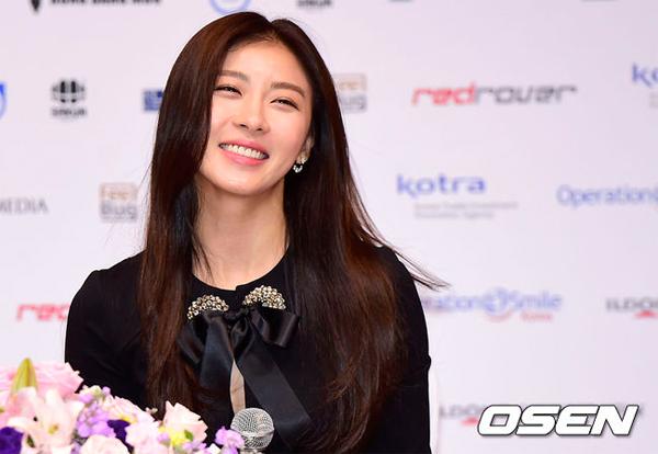 Ha Ji Won rạng rỡ tại sự kiện.