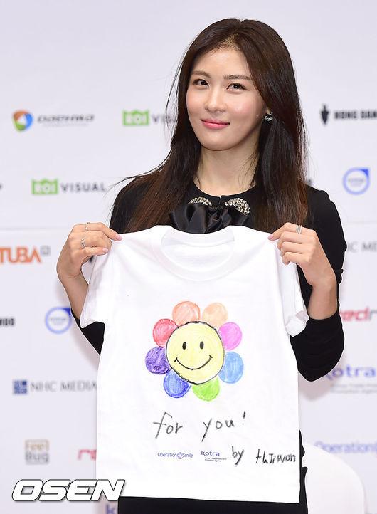 Nữ diễn viên nổi tiếng nhận chiếc áo của tổ chức Operation Smile.