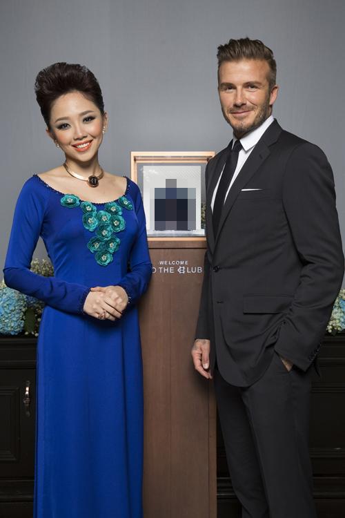 Tóc Tiên thay bộ áo dài xanh khi chụp ảnh cùng Becks giới thiệu thương hiệu đồ uống.