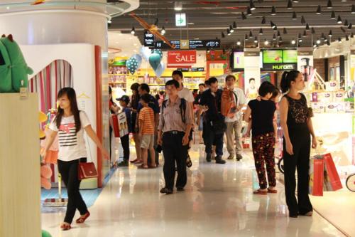 Lotte Department Store thu hút đông đảo khách hàng đến tham quan và mua sắm.