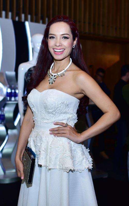 """Cựu người mẫu Thúy Hạnh cũng gợi cảm không kém """"đàn em"""" khi xuất hiện với mẫu váy khoe vai trần trên tông màu trắng nhẹ nhàng."""