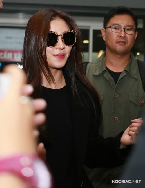 Ngôi sao nổi tiếng của Hàn Quốc vừa đặt chân đến sân bay Nội Bài vào khoảng 10h tối ngày 14/11. Đây là lần đầu tiên, Ha Ji Won ghé thăm mảnh đất hình chữ S. Cô vừa được bổ nhiệm là đại sứ của tổ chức Operation Smile (Phẫu thuật nụ cười). Lần này, người đẹp đến Hà Nội để quảng bá cho sự kiện kỷ niệm 25 năm thành lập của tổ chức.
