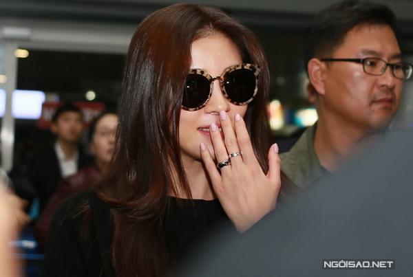 Đến đón diễn viên phim 'Khu vườn bí mật' là hàng chục khán giả mến mộ cô. Họ đến sân bay từ sớm với băng rôn, poster và hoa. Khi nhìn thấy fans nhiệt tình ra đón mình lúc đêm khuya, Ha Ji Won rạng rỡ cười và liên tục vẫy tay chào dù vừa trải qua chuyến bay 5 giờ đồng hồ từ Hàn Quốc sang Hà Nội.