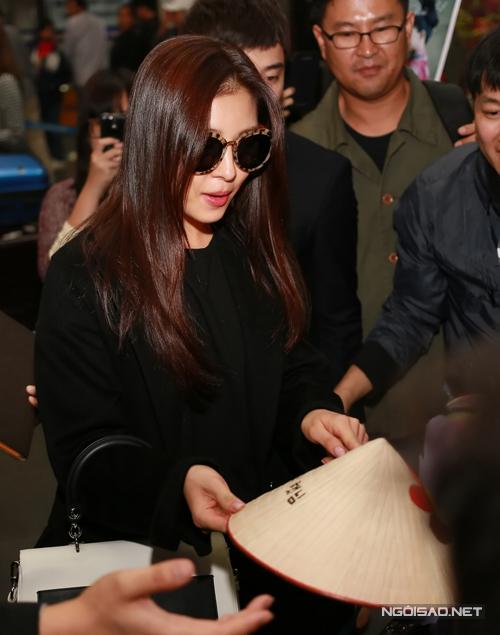 Không hề giữ khoảng cách với người hâm mộ, Ha Ji Won đã thân thiện ký tặng và nhận quà lưu niệm từ fans.
