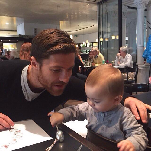 Alonso và cô con gái nhỏ Emma.