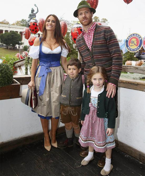 Vợ chồng Xabi Alonso bên hai nhóc Jonxtu và Ane tại lễ hội bia Oktoberfest