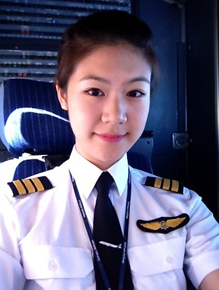 [Caption] Đông Phương sinh năm 1987 tại Brussel (Bỉ), cô bắt đầu làm việc tại hãng từ năm 2010 sau khi tốt nghiệp khóa đào tạo phi công tạiMontpellier (Pháp)