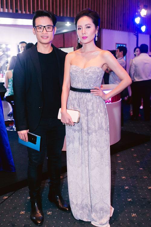 Phương Linh khoe vai trần nuột nà bên Hà Anh Tuấn, cặp đôi không rời nhau nửa bước khi xuất hiện tại chương trình thời trang.