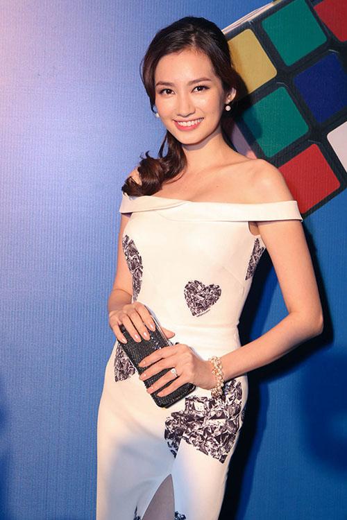 Trúc Diễm thu hút ánh nhìn với mẫu váy xẻ cao, trễ vai gợi cảm của nhà thiết kế Adria Anh Tuấn.