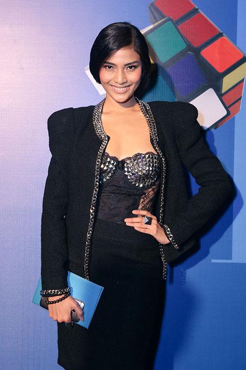 Trương Thị May chọn bộ váy màu đen của nhà thiết kế Quỳnh Paris với những chi tiết cắt cúp quanh ngực nổi bật.