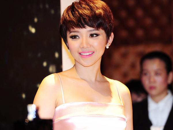 Nữ ca sĩ xinh đẹp với hình ảnh năng động tại Sài Gòn.