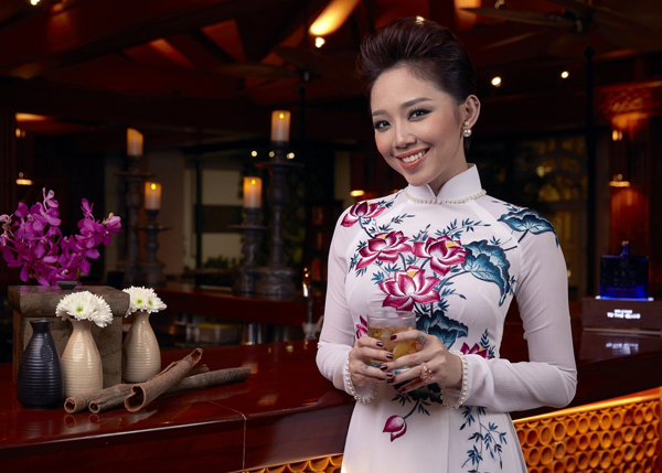 Tóc Tiên dịu dàng nhưng vẫn trẻ trung và năng động trong tà áo dài khi tiếp đón Becks tại Hà Nội.