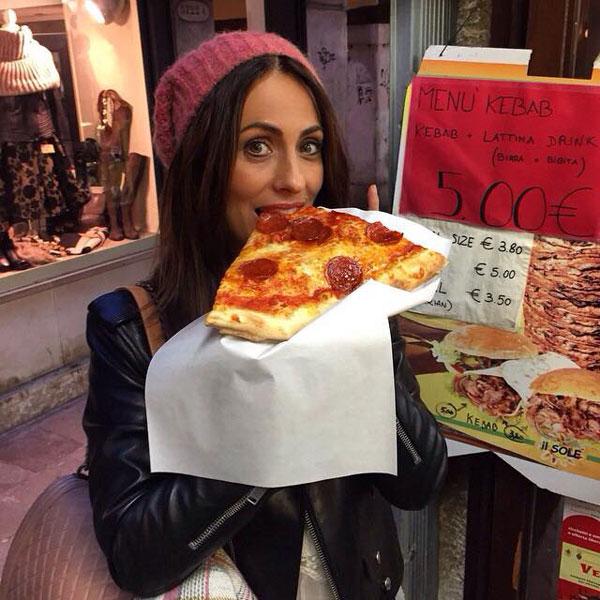 Bà mẹ ba con nhí nhảnh thưởng thức pizza.