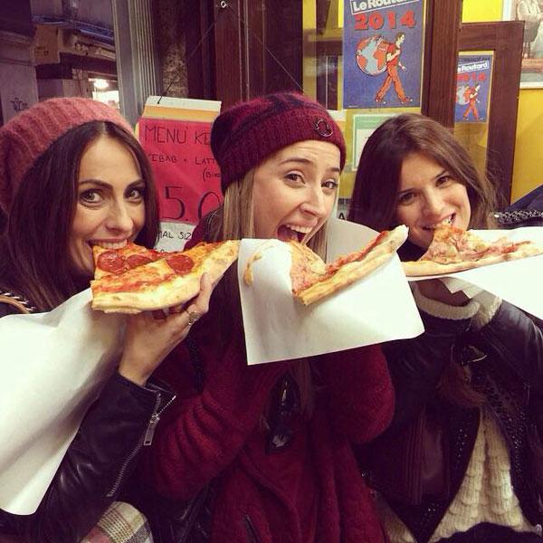 Vợ yêu của Alonso và Arbeloa vui vẻ bên cô bạn, thích thú khám phá ẩm thực của Venice.