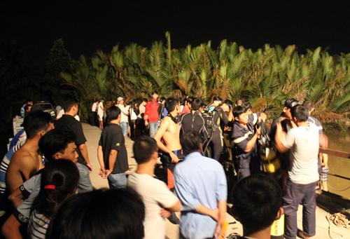 Lực lượng cứu hộ có mặt tìm thi thể thiếu nữ nhảy cầu. Ảnh: Châu Thành