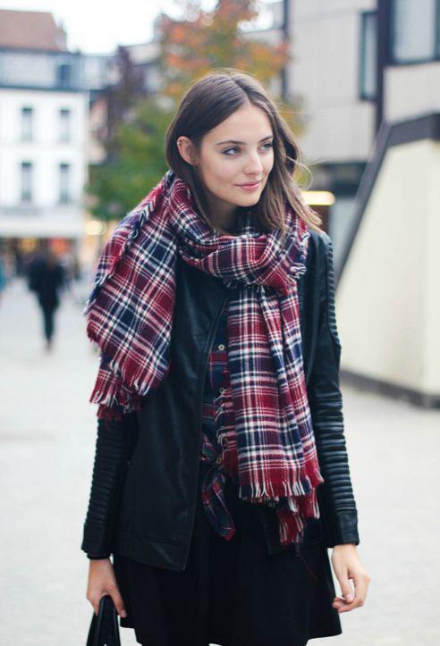 Với nhiều bạn gái, khăn choàng là mẫu phụ kiện cần phải có khi tiết trời bắt đầu lập đông.