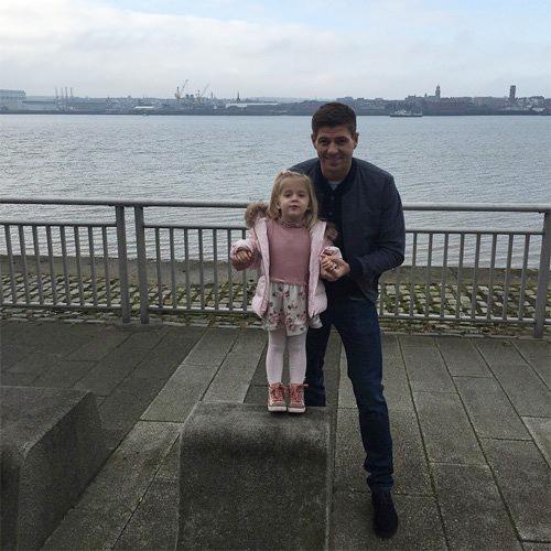 Sáng qua, Gerrard vui vẻ khoe ảnh chụp cùng cô công chúa út Lourdes