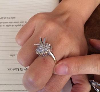 Chiếc nhẫn không còn viên kim cương của nạn nhân.