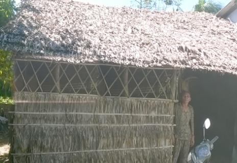 [Caption]Bà Huệ sống cô độc những năm qua trong ngôi nhà tồi tàn.